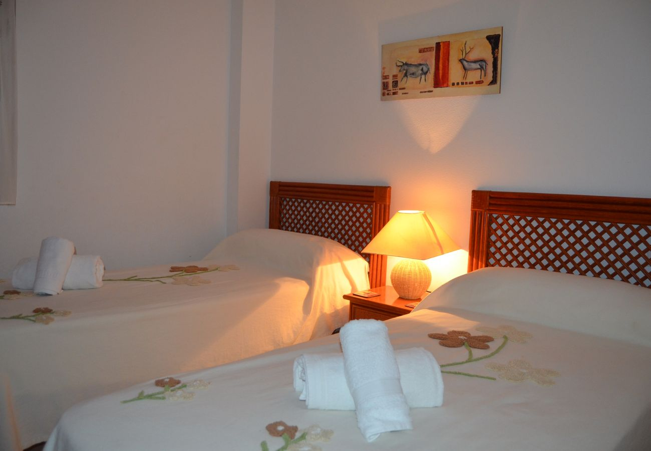 bedroom with 2 single beds - Resort Choice