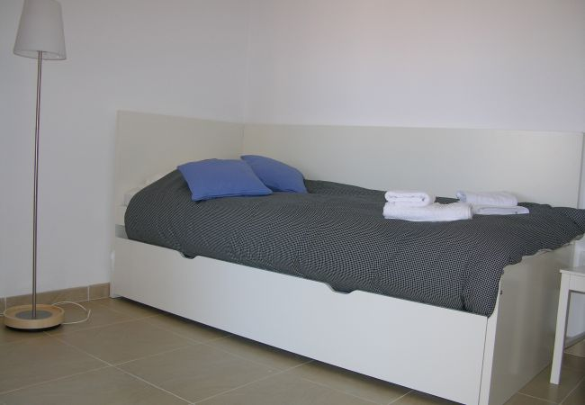 Luxurious single bed and pull out bedroom - Resort Choice