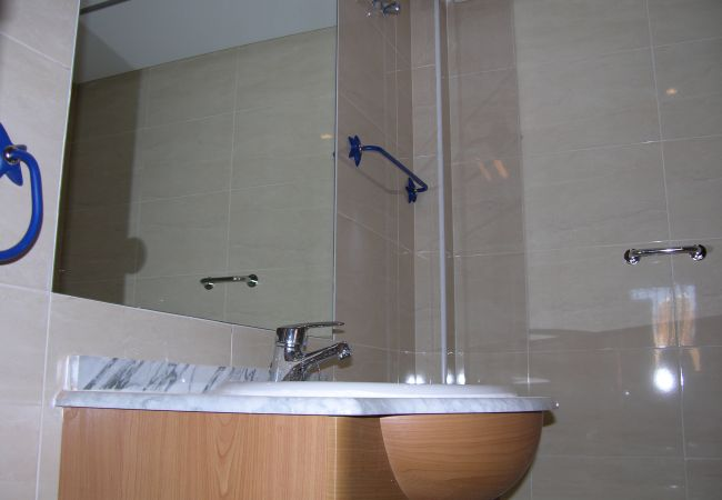 Spacious bathroom with modern bath ware - Resort Choice