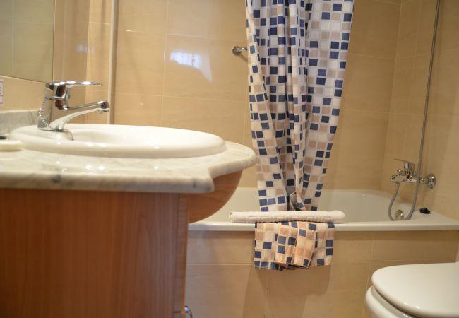 Spacious bathroom with modern bath ware - Resort Choice