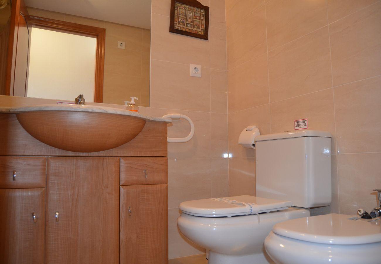Spacious bathroom with modern bath ware and more - Resort Choice