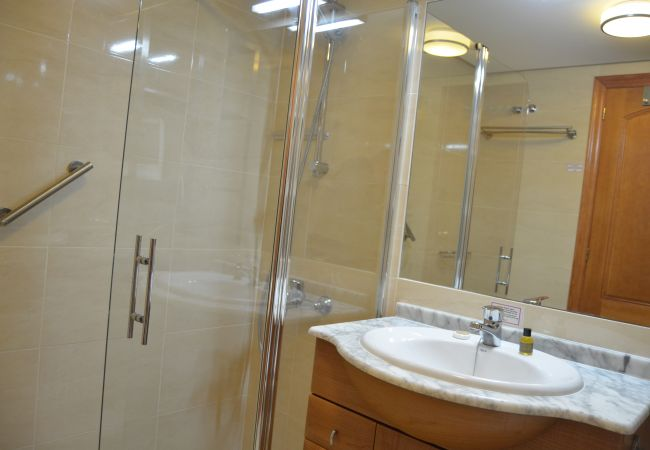 Large bathroom with all modern bath ware - Resort Choice