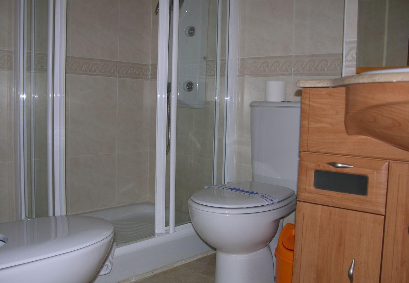 Spacious bathroom with all modern bath ware - Resort Choice