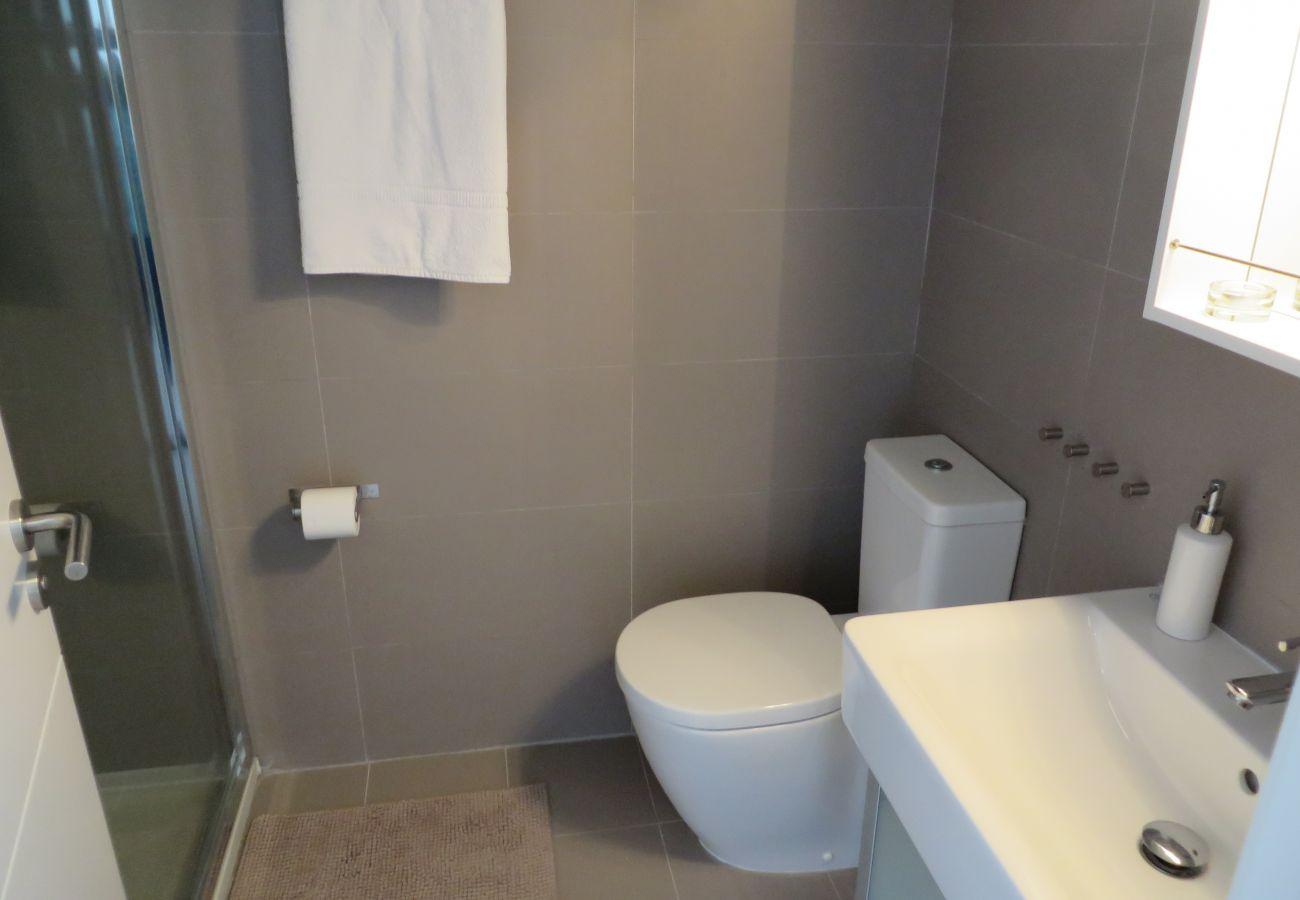 Modern bath ware in spacious bathroom - Resort Choice