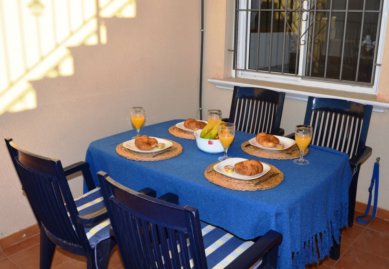 Spacious terrace with well equipped dining area - Resort Choice