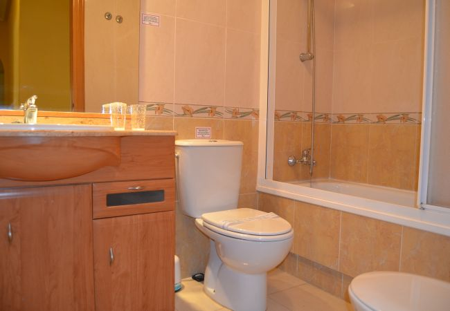 Spacious bathroom with all modern bath ware - Resort Choice