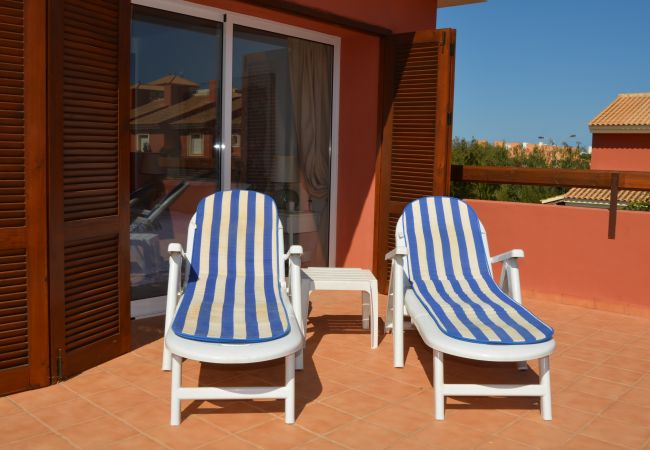 Open spacious roof terrace with relaxing chairs - Resort Choice