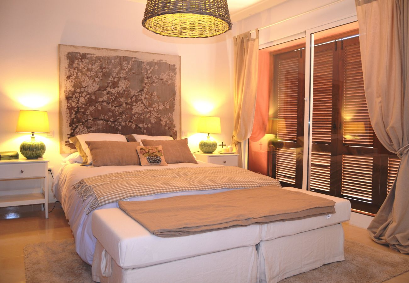 Luxurious bedroom with attracitve interiors in house - Resort Choice
