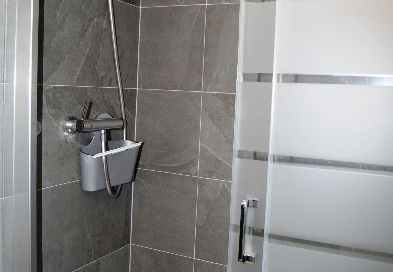 Spacious bathroom with shower - Resort Choice