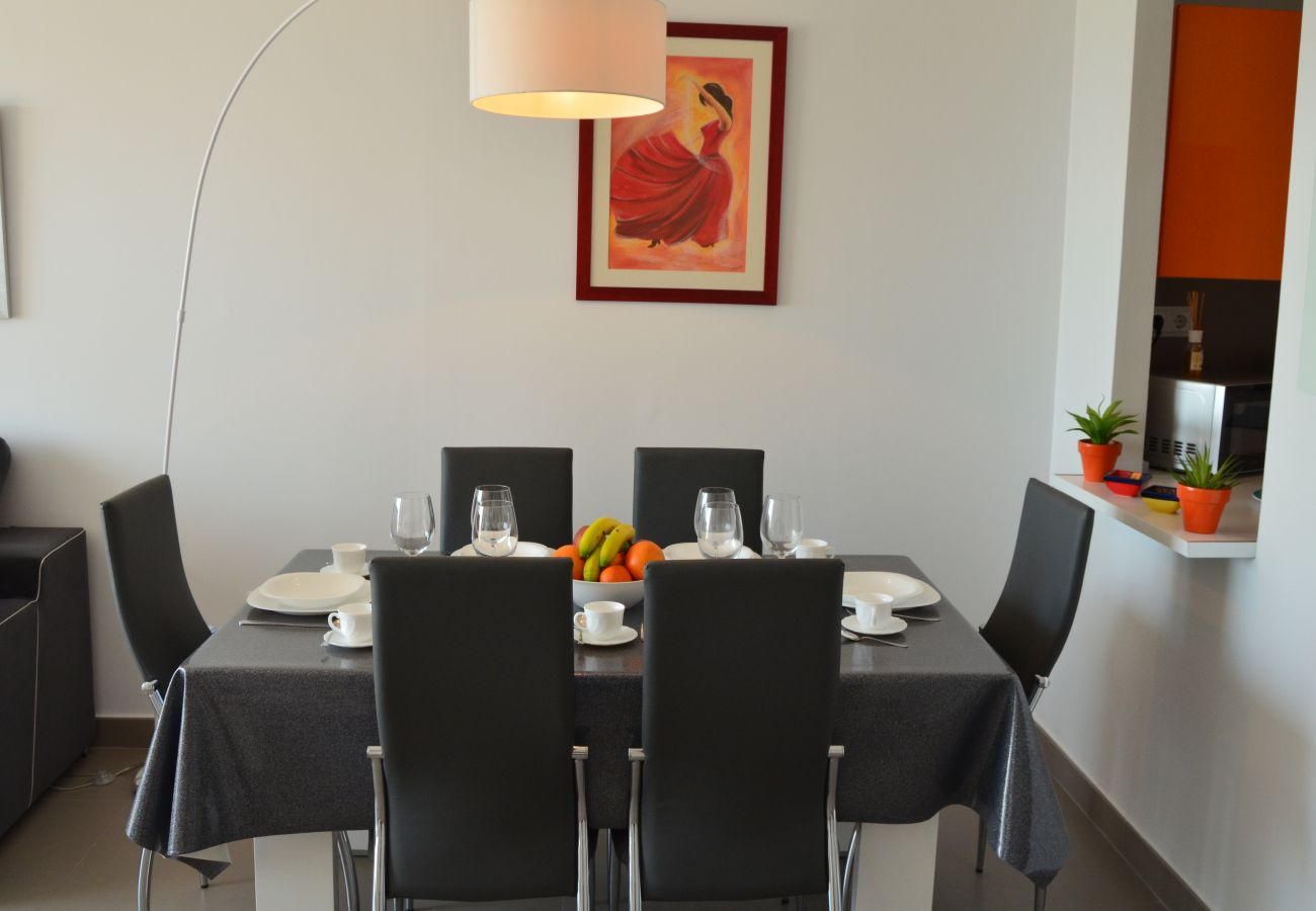 Spacious dining area with modern dining furniture - Resort Choice
